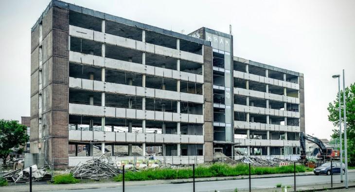 Die charakteristische hellblaue Fassadenverkleidung ist  bereits abgerissen