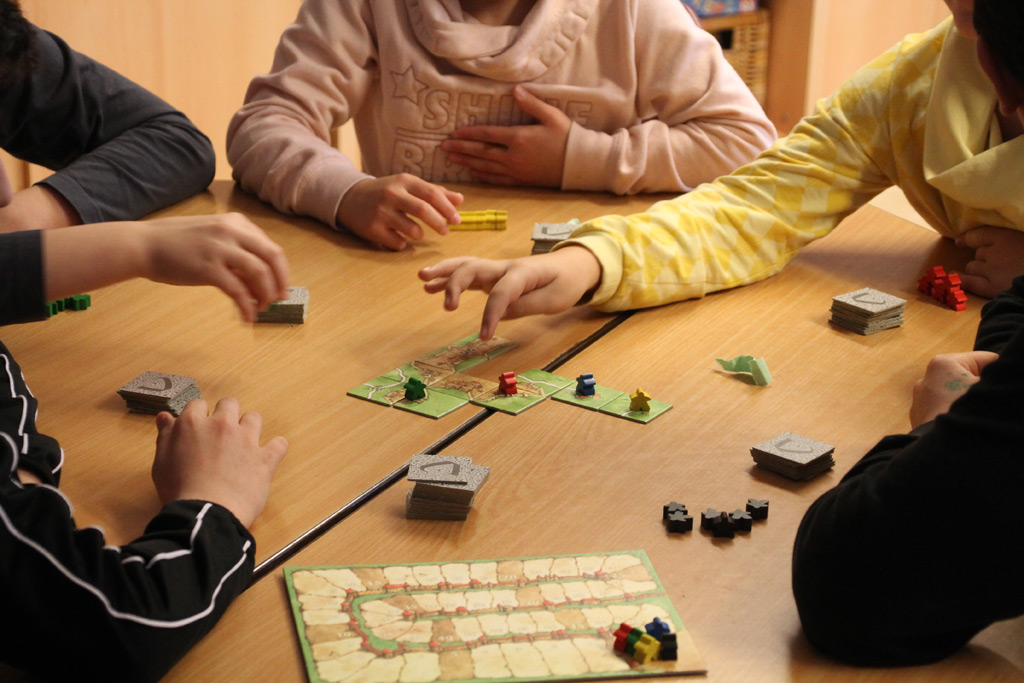 Kinder spielen ein Brettspiel