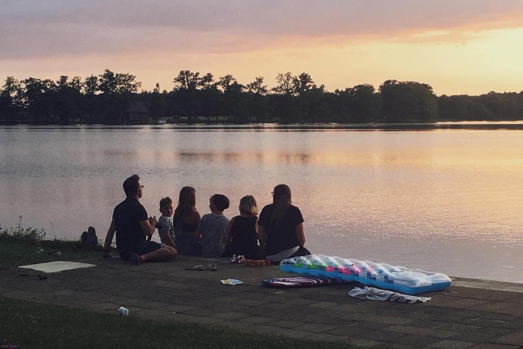 Wir genießen die Zeit bei einem schönen Sonnenuntergang in den Ferien am See und schalten ein wenig vom Alltag ab.