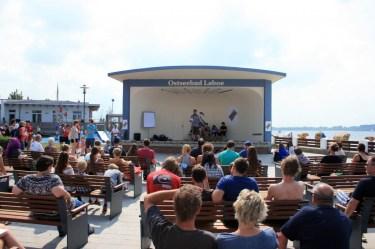 Beim Poetry-Slam in der Strandmuschel wird das Publikum durch clevere Texte unterhalten und zugleich zum Nachdenken angeregt (Foto: C.Koch)