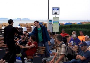 Durch ständige Interaktion mit dem Publikum werden beim Impro-Theater thematische Bezüge zum Klimawandel spielerisch ins Programm aufgenommen (Foto: C.Koch)