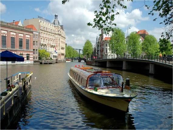 Hermoso fondo pantall rio en ciudad