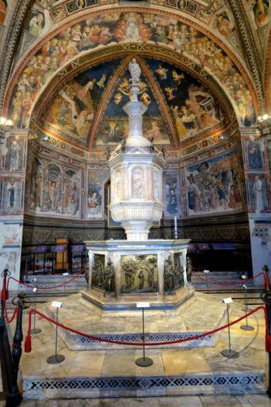 Im Baptisterium in Siena