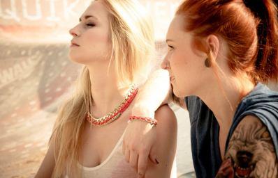 Zwei Frauen tragen Klunkar Häkelschmuck. Statement Halskette und Armband.