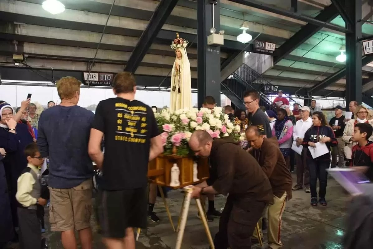 Knights putting the statue of Our Lady in place