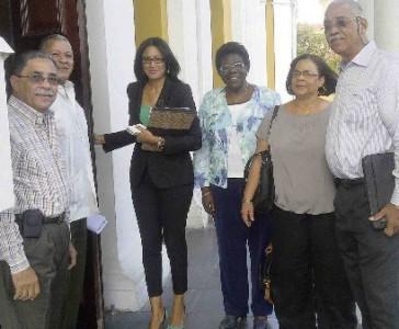 Het bestuur van Hustitia Penshonado samen met advocaat Saran Inderson.