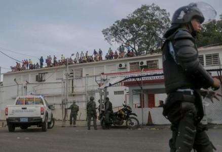 Archieffoto van een eerder gevangenisopstand in Venezuela waarbij de gevangenen op het dak klommen © epa.