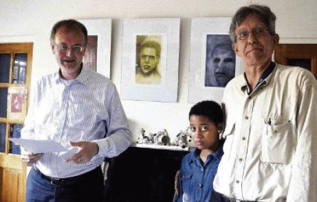 Karel Frielink (l) opende de expositie van portrettekeningen van Wim van Asselen (r) | Foto Ken Wong