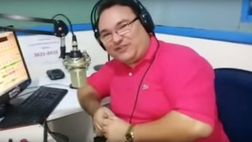 Presentator Gleydson Carvalho van het Braziliaanse station Radio Liberdade FM