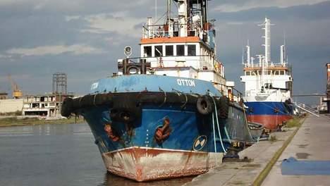 De wrakke zeesleper Otton, waarin de 35 balen met elk dertig kilo cocaïne verstopt zaten. © politie