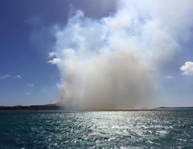 De vuilstortplaats van Parkietenbos gezien vanaf zee. Al dan niet aangestoken branden zorgen vaak voor enorme rookpluimen   foto: Anthony Hagedoorn