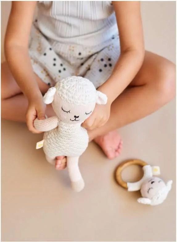 Mordedor y peluche de oveja artesanales