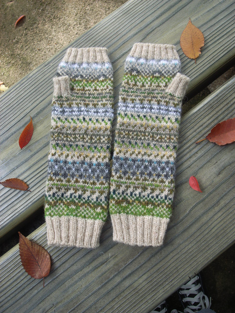 A glorious translation of stone walls into knitted mitts, designed by Yumi