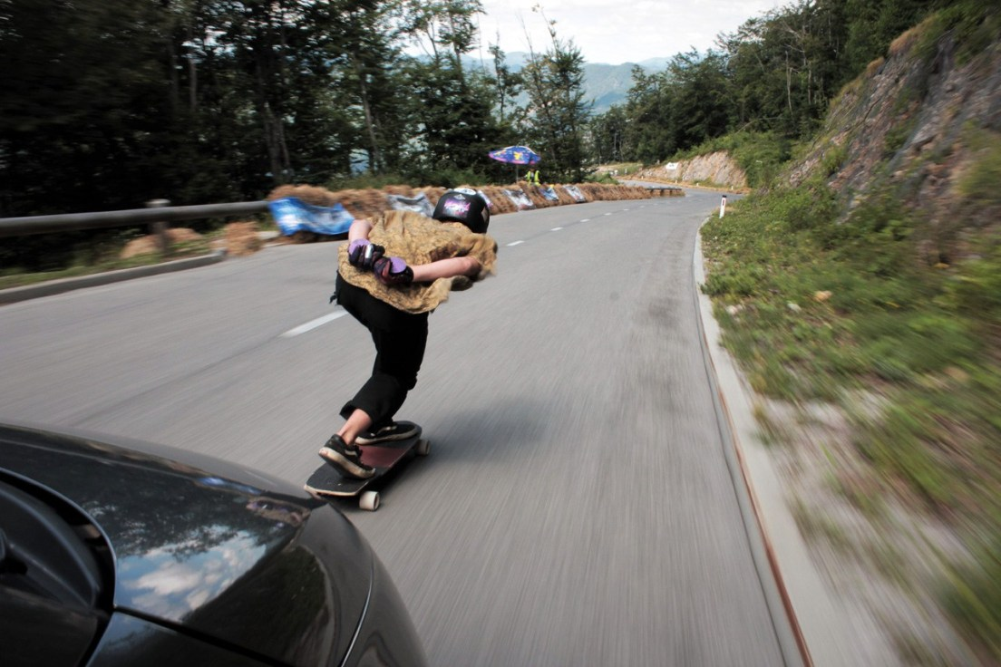 Nils Bodenheimer tucking down to Corner 8, hitting around 80 kph. Heelside stand-up follows : Photo by Team Heckmeck