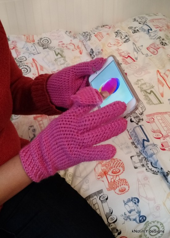 Crochet Pink Winter/Fall Indexed Thumb Texting Gloves Free Pattern for adult woman - Knot My Designs