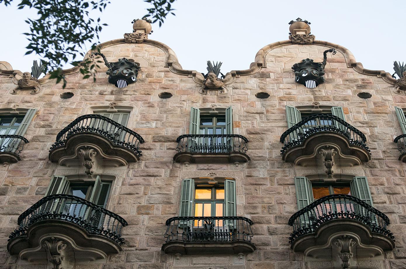 http://www.knowingbarcelona.com/que-visitar/districtes/eixample/quadrat-dor/casa-calvet/?lang=ca