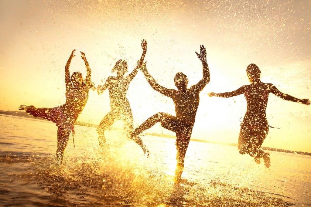 amigos felices en verano