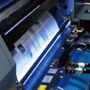 オフセット印刷機にインクジェットの印字ヘッドが搭載されています。A4圧着DMなどの大判サイズから、V折(二つ折)やL折(往復はがき付き)、N折(三つ折)などの通常の圧着はがきや封書サイズまでに広く対応します