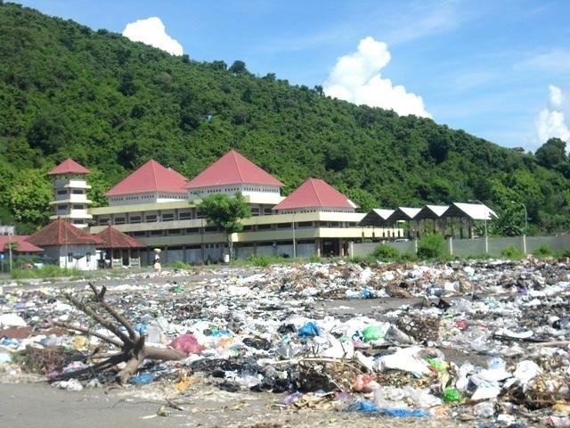 UPTD Pasar 'Tidur', Kompleks Terminal Tana Mira Lautan Sampah