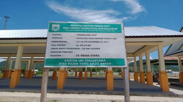 Papan pelaksana bangunan proyek pasar tanah mira