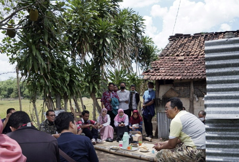 Gubernur NTB Dengar Curhatan Guru Honorer Sumbawa di Gubuk Sawah