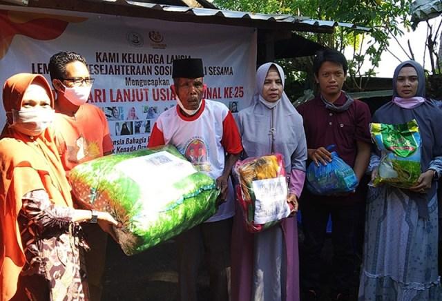 LKS Peduli Sesama KSB Bantuan Sembako Bagi Lansia di Kecamatan Brang Ene