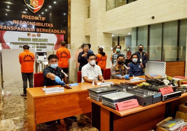 2 Orang Warga Negara China Bos Pinjol Diburu Polisi Konferensi Pers Bareskrim Polri