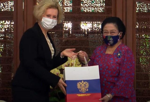 Penyerahan Cenderamata dari Presiden Putin Kepada Megawati Sukarnoputri 2