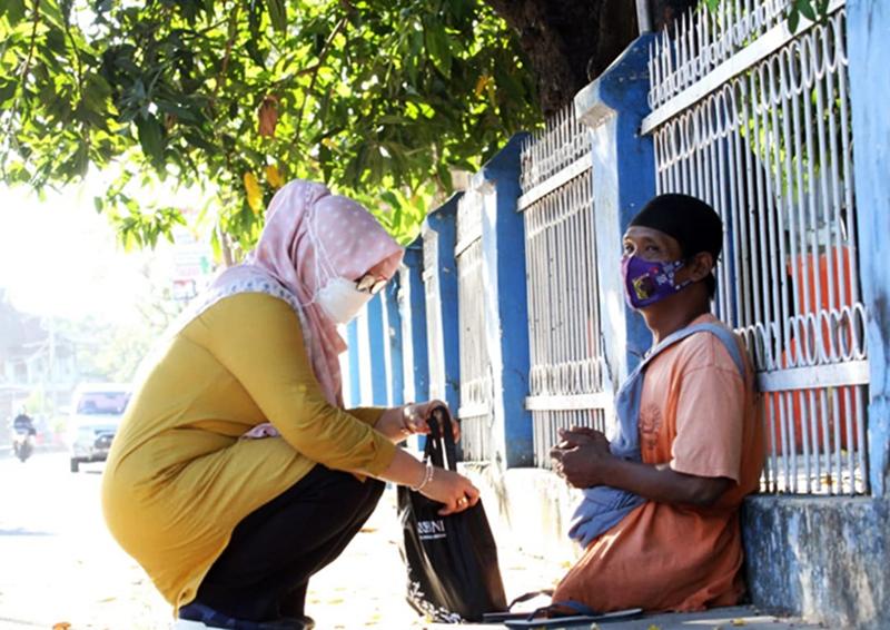 Wakil Bupati Sumbawa Beri Bingkisan Untuk Seorang Disabilitas