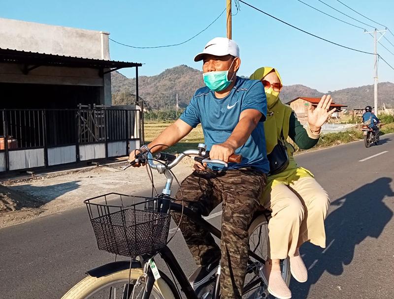 Bonceng Istri Naik Sepeda, Bupati Giatkan Kembali Car Free Day di Sumbawa Barat