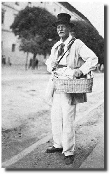 Kočevarski krošnjar v mestu Kočevju. Avtor fotografije: Herbert Otterstädt. Objavljeno v: Got