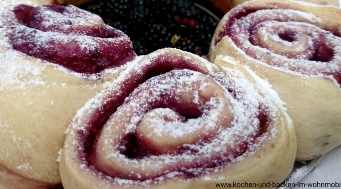 Brombeer-Pudding-Hefeschnecken aus dem Omnia Camping Backofen