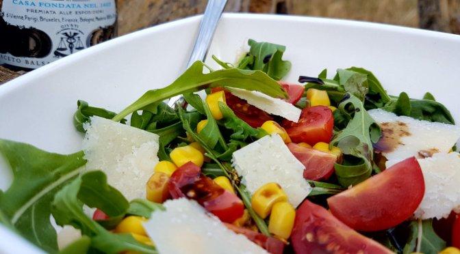 Rucolasalat mit Mais, Tomaten und Parmesan