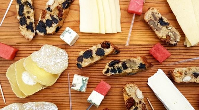 Zur Käseplatte: Früchtebrot aus dem Omnia Camping Backofen