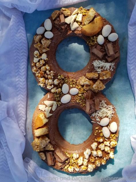 Zahlentorte oder Nummerkuchen mit Schokosahne. Die Zahl 8 gebacken im Omnia Backofen.