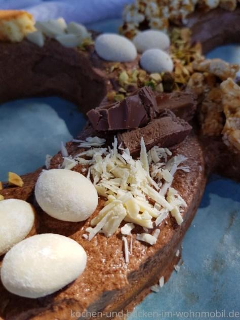Zahlentorte mit Schokosahne, weißer Schokolade und Ostereiern