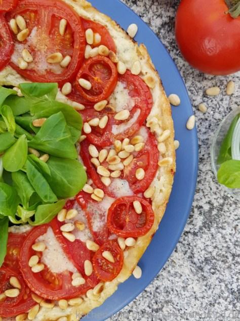 Rezept für Tomatentarte mit Gorgonzola aus dem Omnia Camping Backofen. Von kochen-und-backen-im-wohnmobil.de