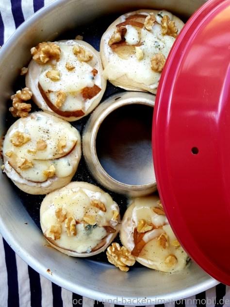Omnia Backofen: Minipizza mit Gorgonzola, Birne und Walnüssen