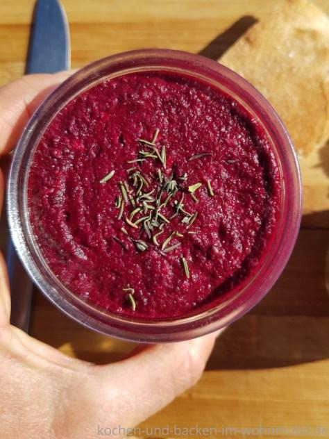 Pinker Brotaufstrich aus Rote Beete und Thymian
