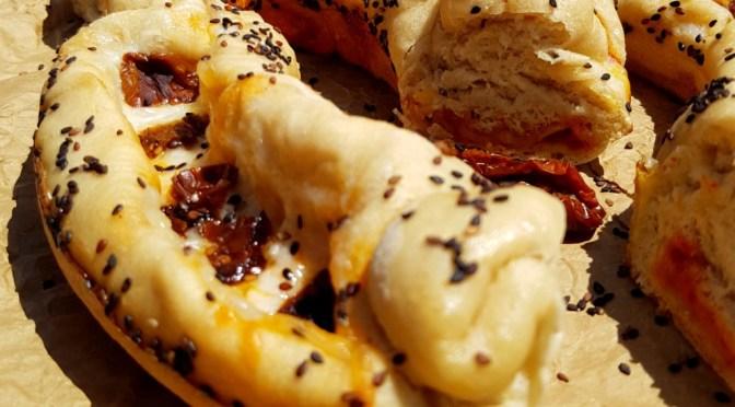 Gefüllte Pide = Türkische Pizza – Schiffchen aus dem Omnia Campingbackofen