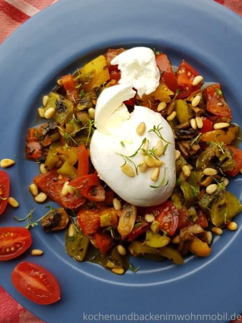 Low carb Rezept: Ofengemüse aus dem Omnia Backofen. Mit Burrata, Pesto und Pinienkernen.