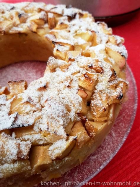 Apfelkuchen aus dem Omnia Backofen. Einfaches und schnelles One Pot Rezept. Vegan, locker und saftig.