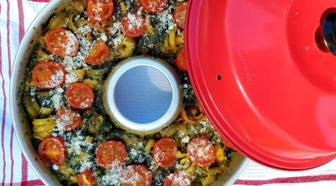One Pot Pasta mit Spinat, Mozzarella und Tomaten aus dem OMNIA Backofen
