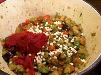Tomatenmark & Knoblauch hinzufügen