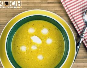 Melonenstück und Frischkäsenockereln verfeinern diese Suppe
