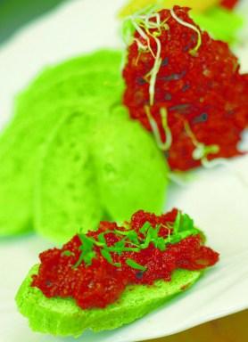 Grünes Kräuterbrot mit Tomatentapinate und Rettichsprossen