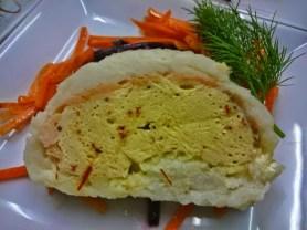 Praline vom Zander und geräuchertem Saibling auf Salat von schwarzen Möhren