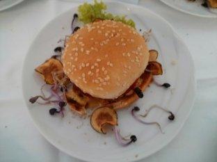 Burger vom Kalb mit Topinamburchips und rotem Rettich