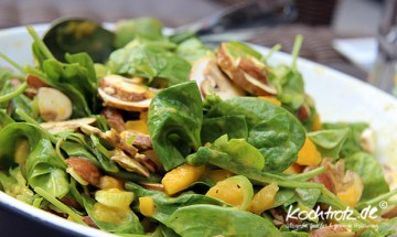 Spinatsalat mit Mango, Chamignons und scharfer Mangosalsa