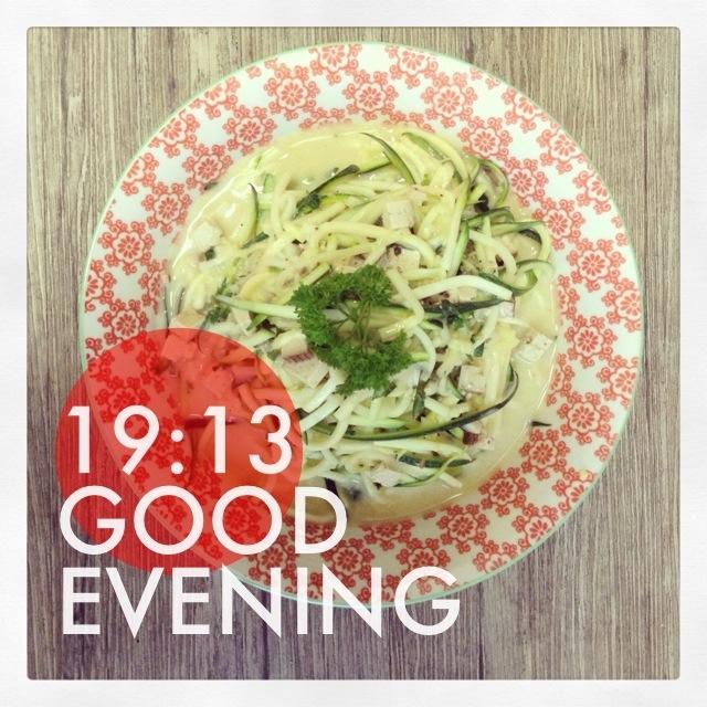 """Das erste """"vegan for fit"""" Abendessen. Zucchini-Spaghetti Carbonara. Wieder sehr erstaunlich, welche Mengen das sind und wie satt es macht."""
